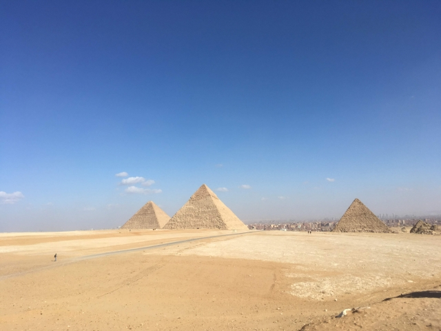(写真はギザの3大ピラミッド)
